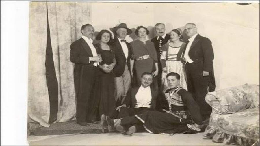 حفلة-تنكريّة-يظهر-رئيس-الوزراء-العراقي-نوري-السعيد-وزوجته-نعيمة-واقفين-في-يسار-الصورة