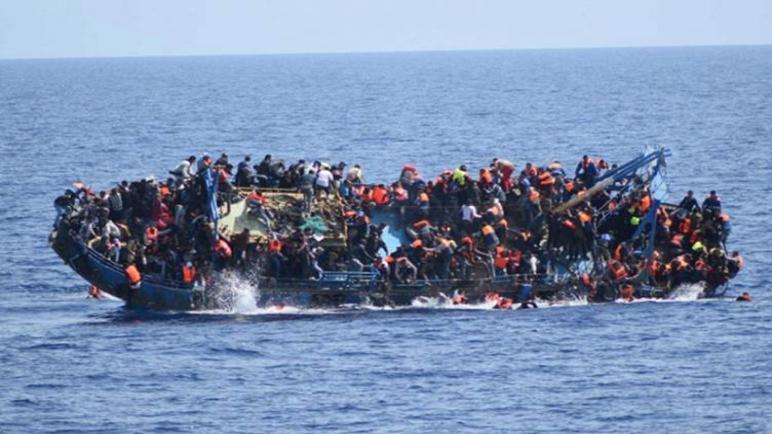 انقلاب قارب يقل عشرات المهاجرين في البحر المتوسط