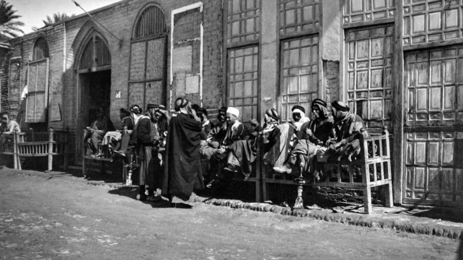 صور نادرة لواقع الحياة في العراق خلال سنوات الإحتلال البريطاني الجائر أوائل القرن الماضي :